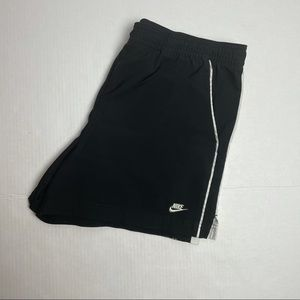 NIKE WOMENS RUNNING SHORTS SIZE M BLACK AND WHITE